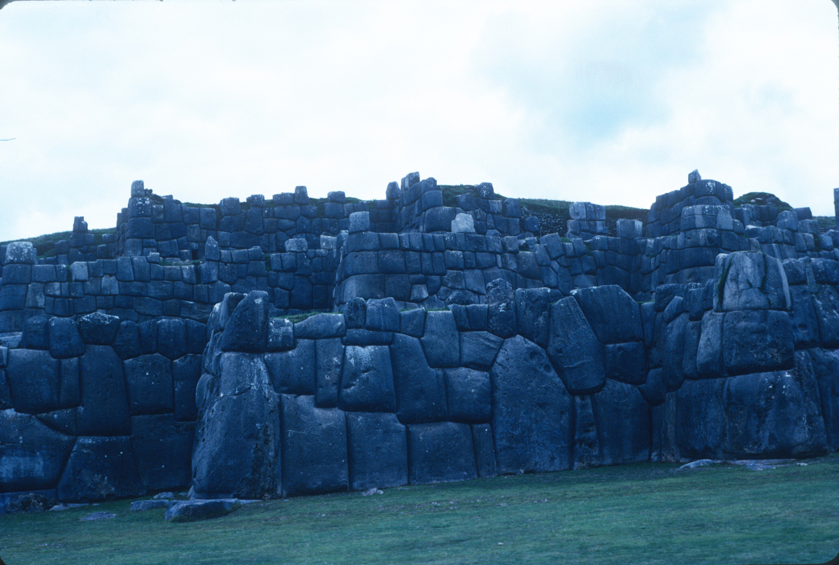 Surplombant Cuzco, l'imposante  forteresse de Sacsayhuaman.jpg