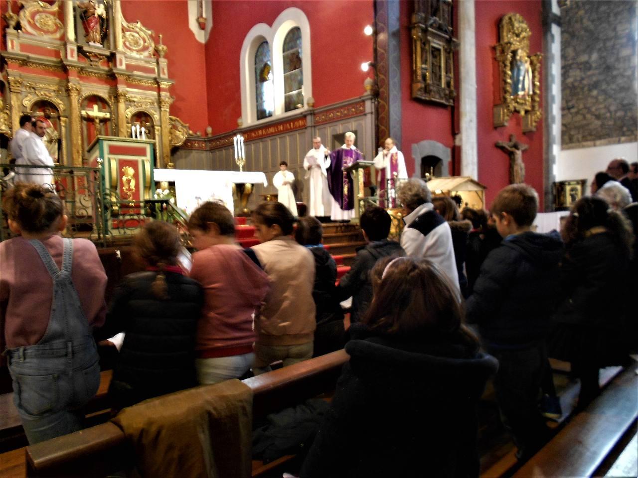 L'abbé Jean-Marc explique à l'assemblée le travail fait et félicite et encourage les enfants