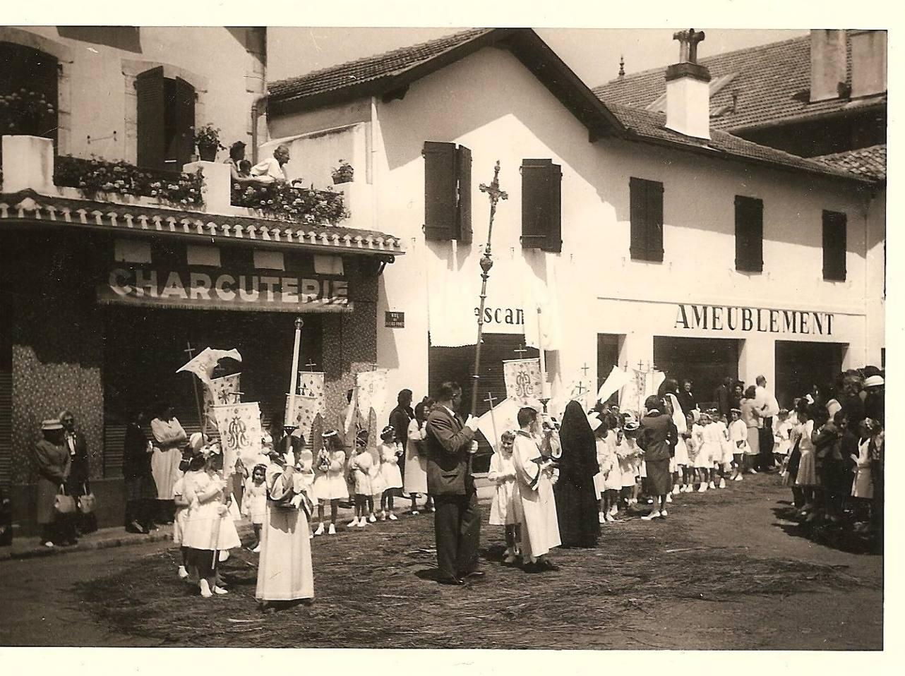 Procession avec les communiants autour de l'église Saint Vincent  en 1957 (?...)