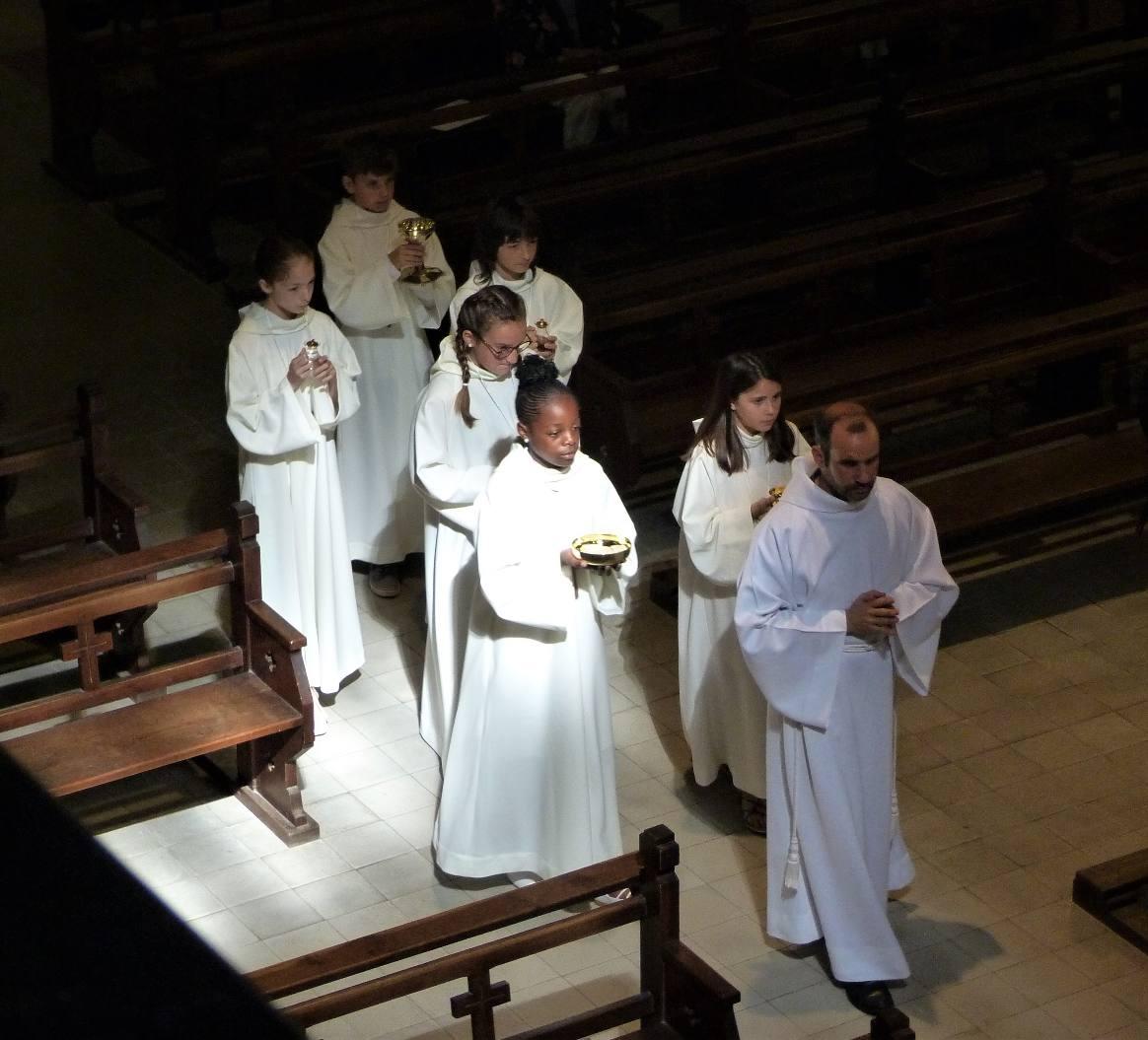 Rayon de lumière sur la procession des offrandes