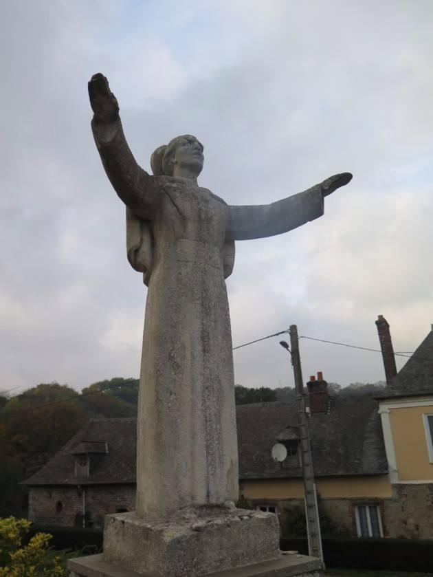 Statue offerte par le pape Pie XII à Saint-Pierre-le-Viger