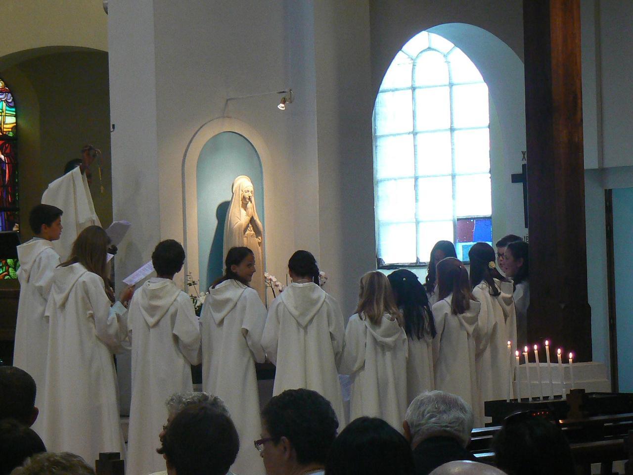 L'abbé Roger dit la force de la prière du chapelet que les enfants ont reçu