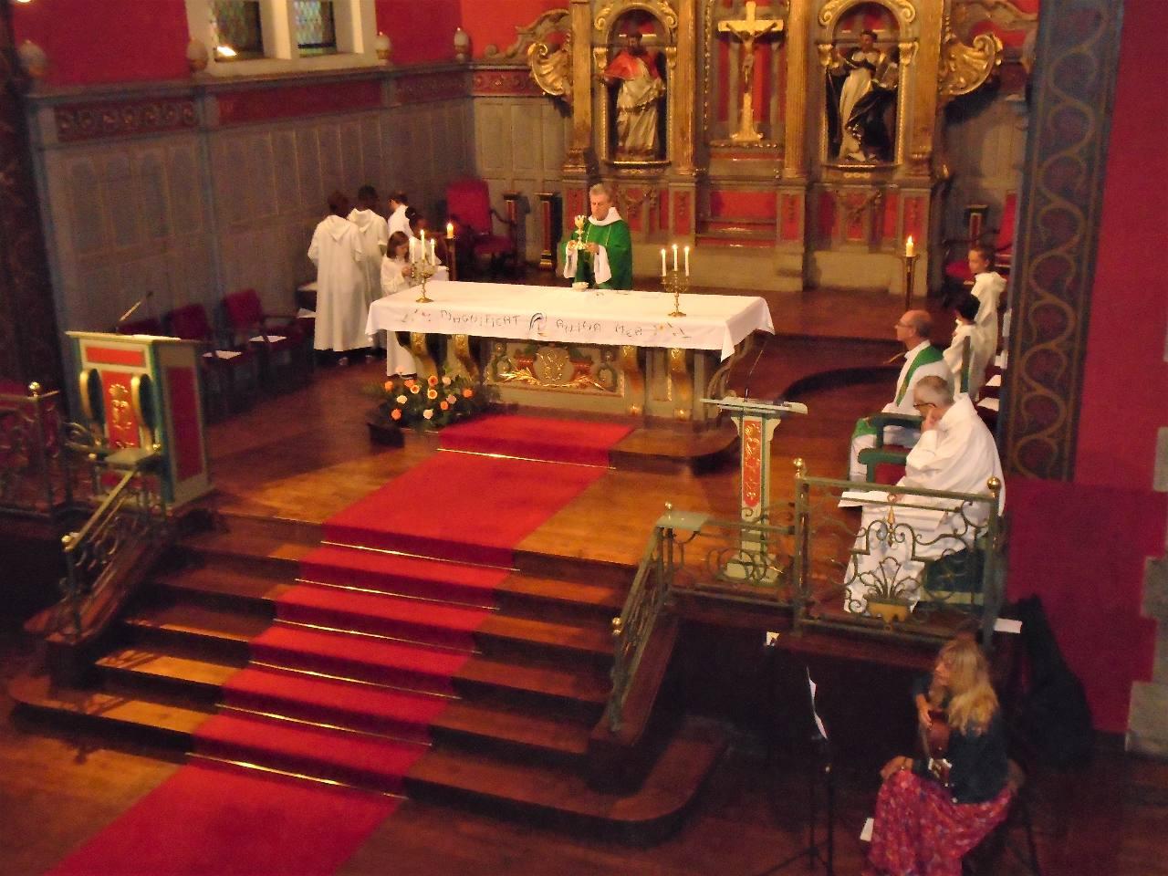 Le prêtre présente à Dieu nos offrandes, le pain et le vin, nos peines et nos joies, nos vies