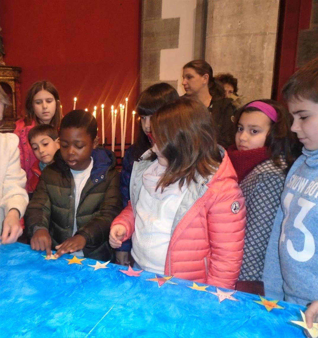 Les enfants ont écrit sur leur étoile :  Veiller ; attendre ; confiance ; agir ; fidèle ; Paix ....
