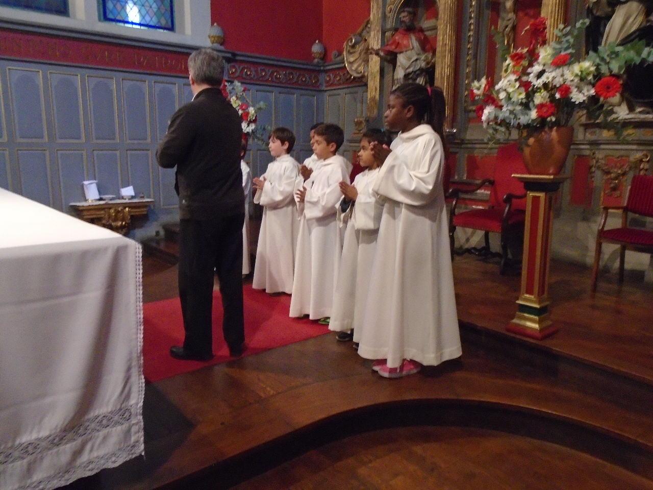 Les servants salueront l'autel tandis que le célébrant l'embrassera