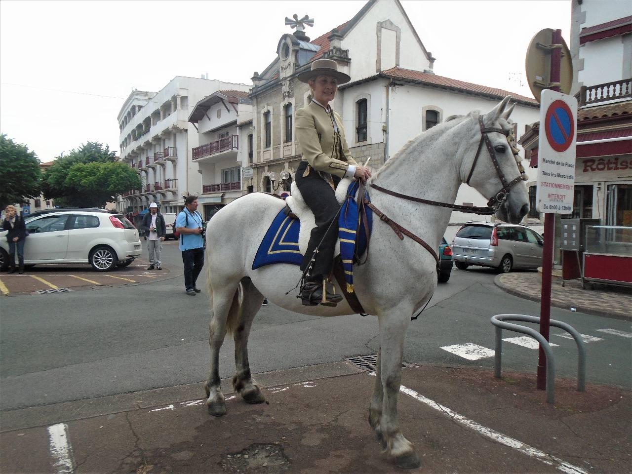 Maïté et son magnifique Santiano attendent un signe de l'abbé pour ouvrir la procession