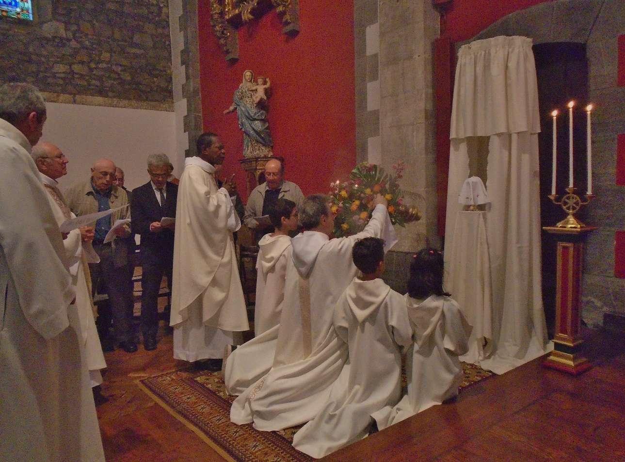 """♪ ♫  """" Et nous, peuple de Dieu, nous en sommes témoins ; ta mort nous l'annonçons par ce pain et ce vin..."""""""