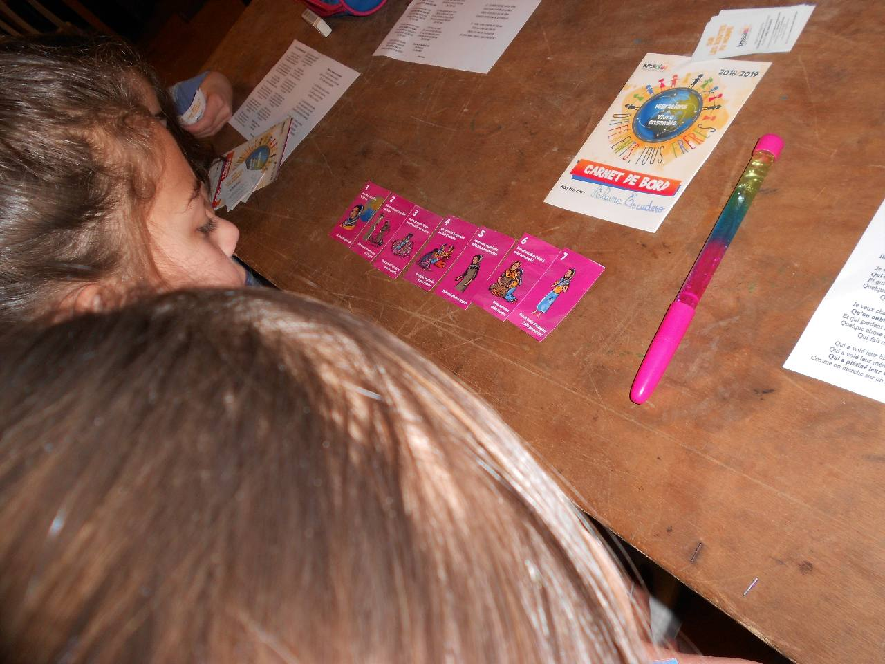 """les enfants regroupent une famille, lisent l'histoire de l'enfant cité, répondent à la question de la dernière carte et notent leur avis sur leur """"carnet de bord"""""""