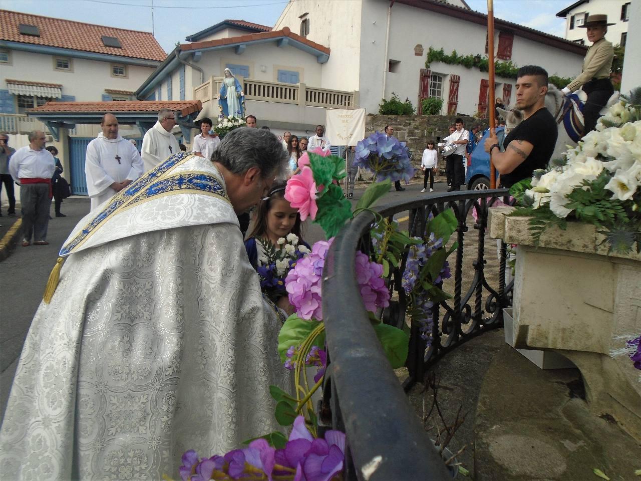L'abbé Jean-Marc va offrir le petit bouquet de Cheyenne