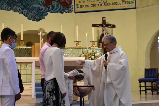 """""""Julia, je te baptise au nom du Père et du fils et du Saint Esprit"""""""