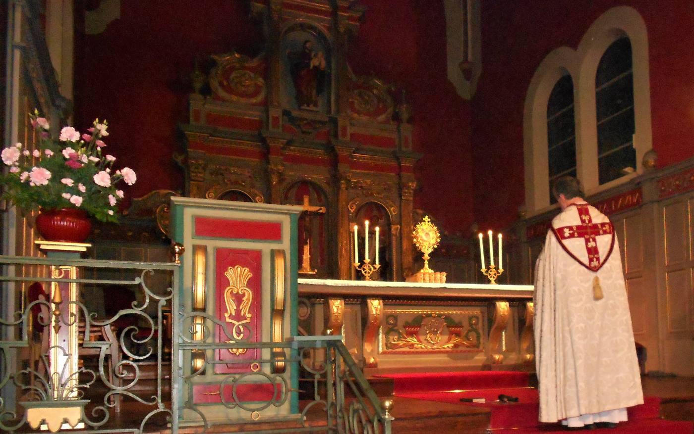 "21h15, ♫♫ ""Tentum ergo Sacramentum - Adorons donc, prosternés, un si grand Sacrement"""