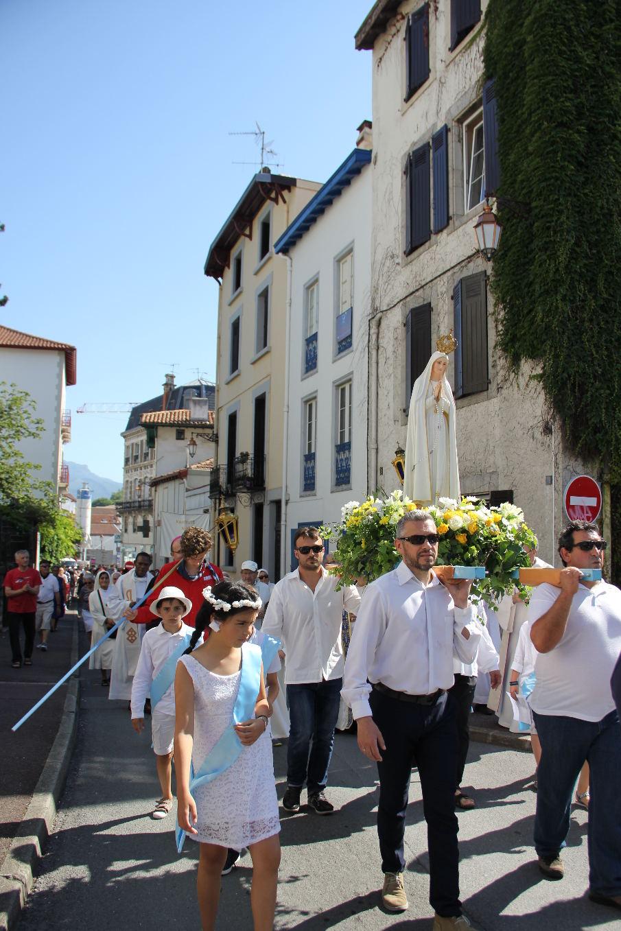 Rue de l'église ; tout le monde a tenu jusqu'au bout !
