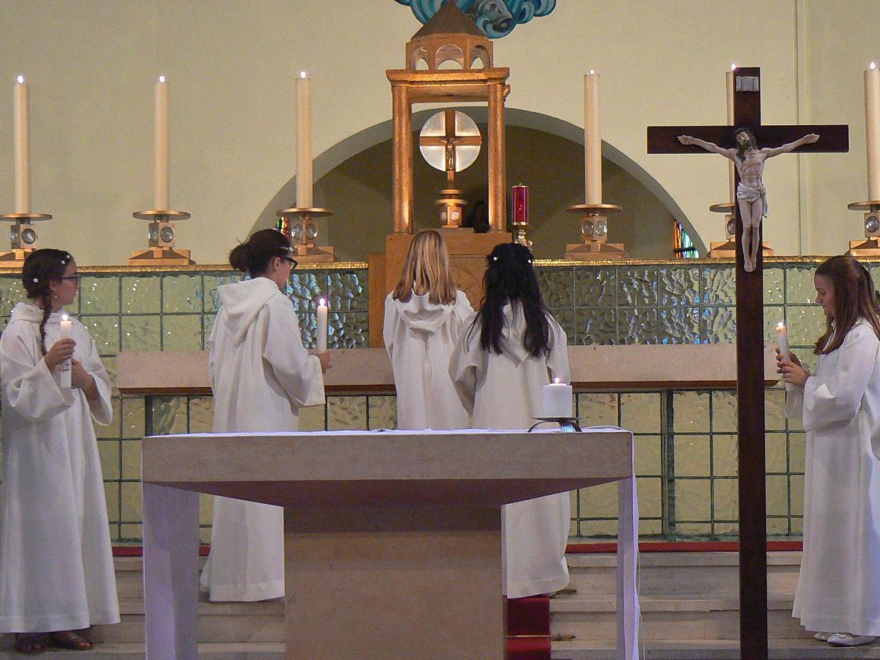 La lumière des enfants brillera autour du tabernacle pendant toute la messe.