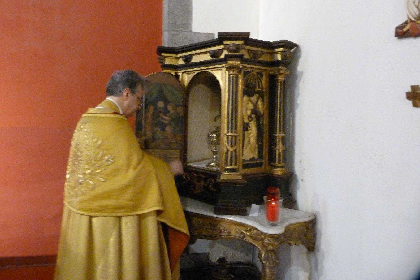 Il ne faut pas attendre un an pour s'approcher du Saint Sacrement ! Jésus reste toujours présent au tabernacle pour quand on le désire.