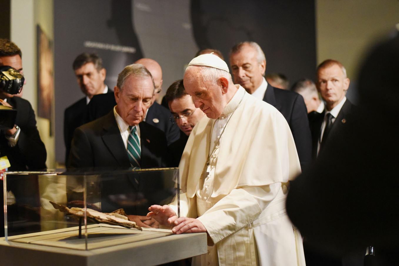 l y a un an, le pape François avait pu contempler la trouvaille conservée dans une des galeries du 911 Museum Memorial à New York.