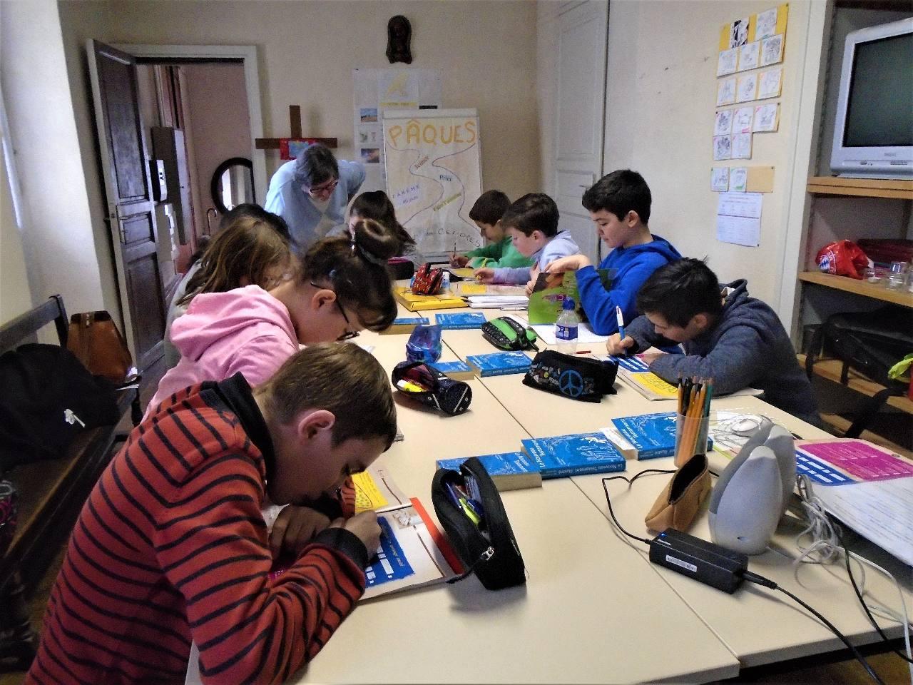 Des jeunes très sérieux préparant leur Profession de Foi