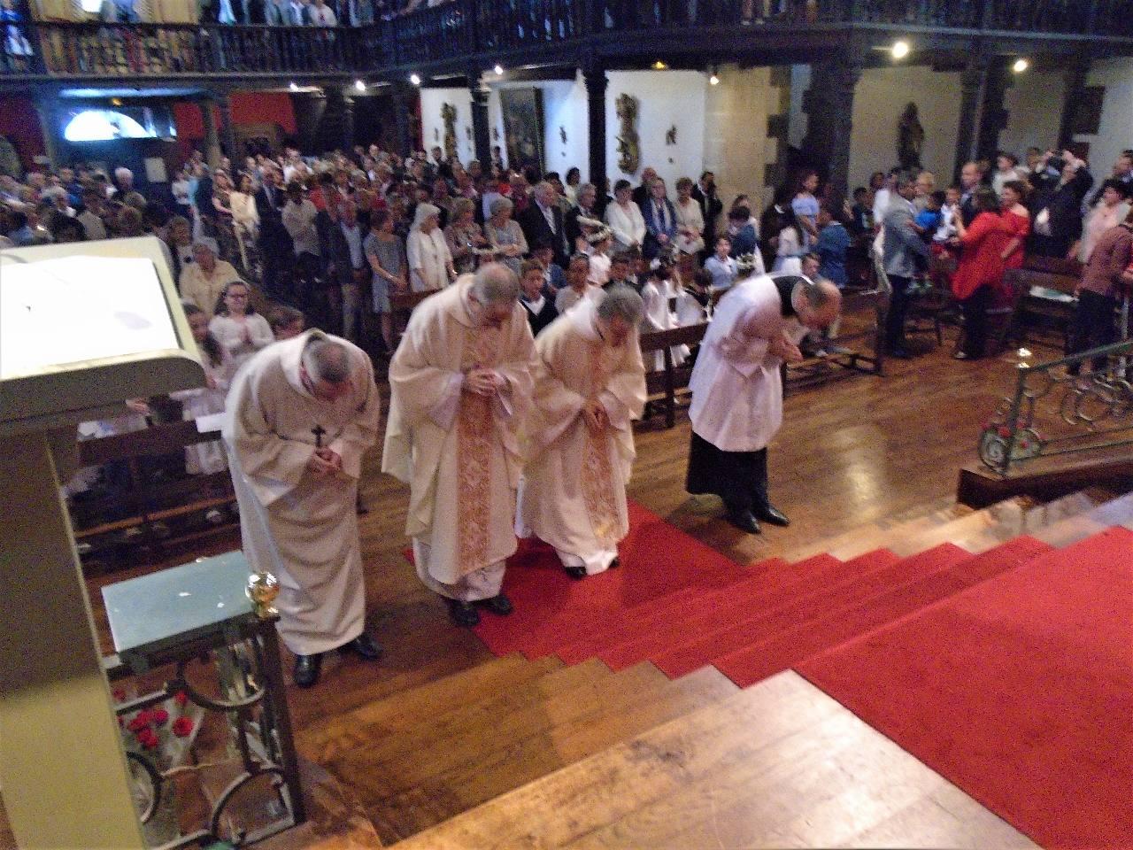 S'incliner devant l'autel, c'est saluer le Christ qui est à la fois, le prêtre, l'autel et la victime. Humilité devant ce qui nous dépasse.