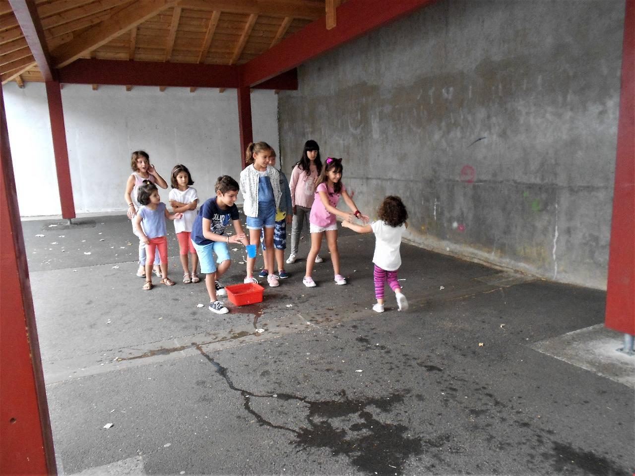 Ni grands, ni petits ; que des enfants heureux de jouer ensemble !