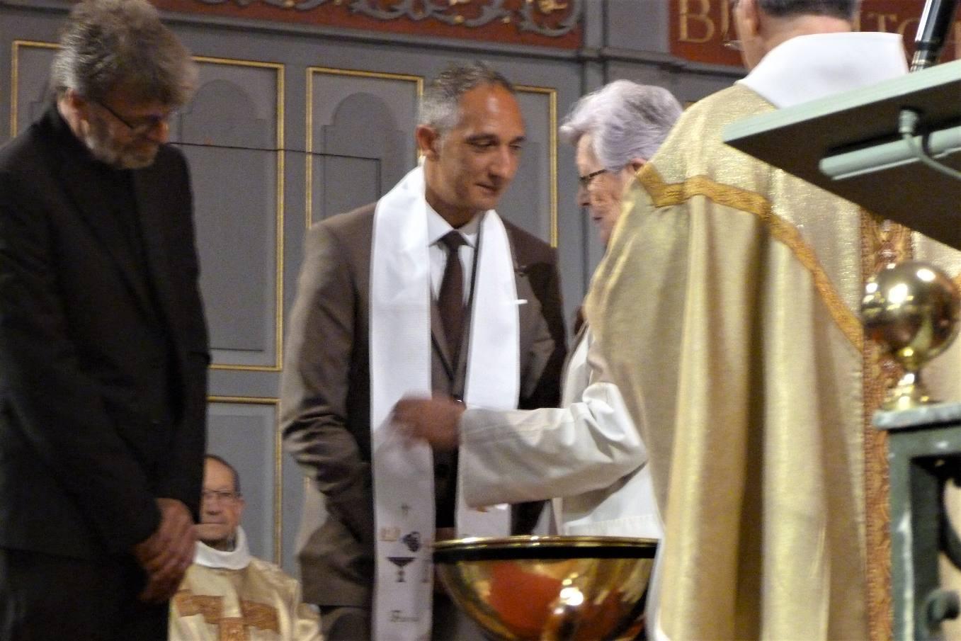 La marraine, Françoise, remet le vêtement blanc signe que Fabrice a revêtu le Christ