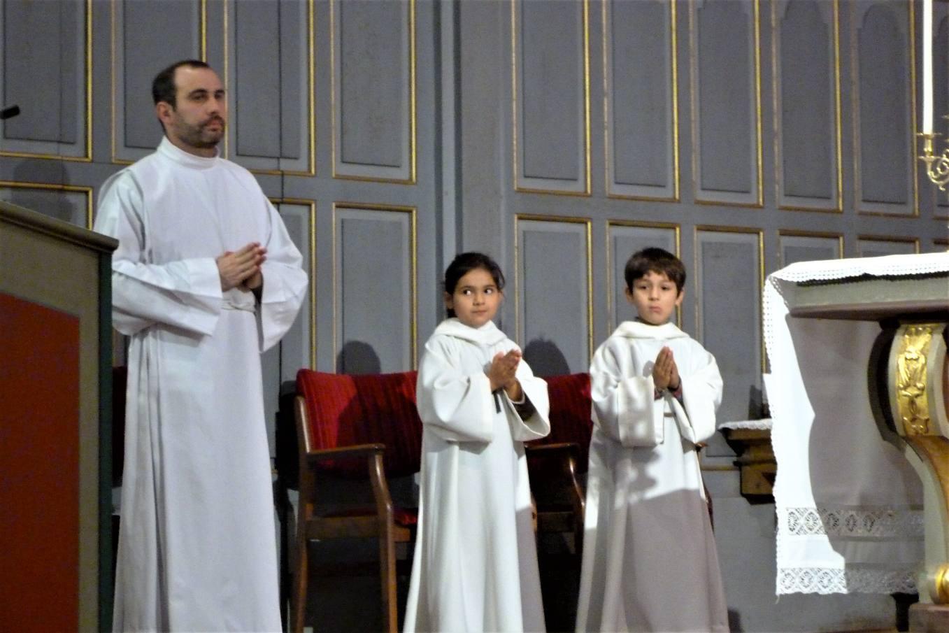 Iban a été servant d'autel aussi jeune que Gabriella et Diego, frère et sœur, dont c'est la 2e fois au service