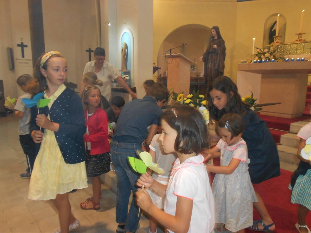 Les enfants emportent leur fleur, non !... une fleur que leur offre Marie !