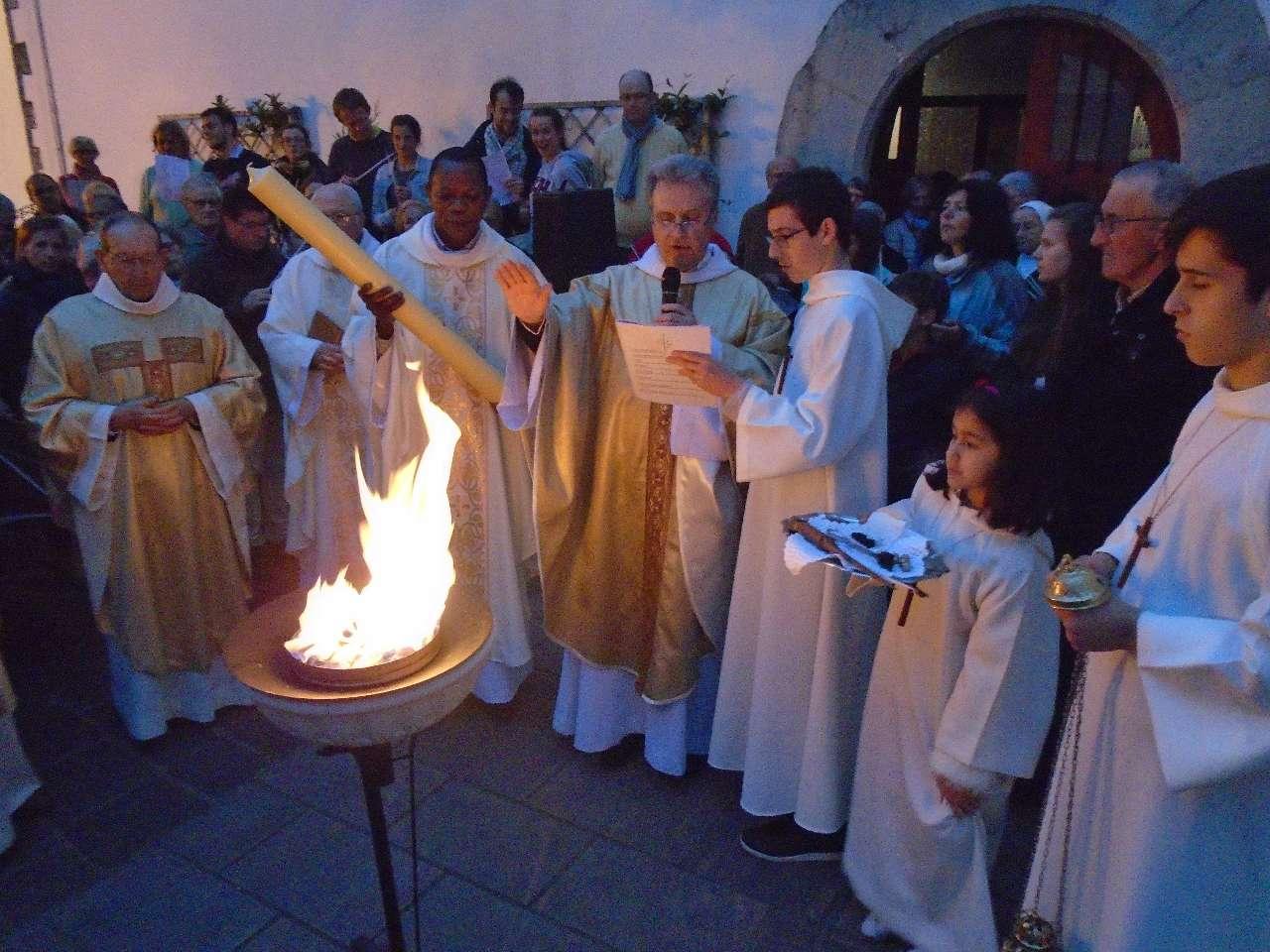 Samedi Saint - Veillée Pascale - Bénédiction du Feu et de la Lumière de Pâques