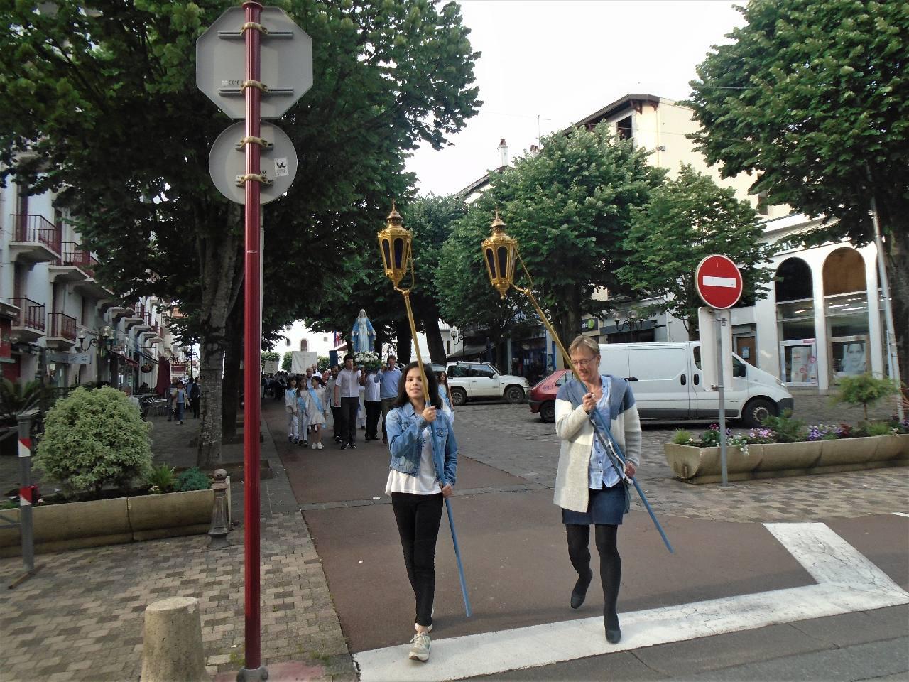 Ce n'est pas si simple de porter des lanternes qui se balancent !