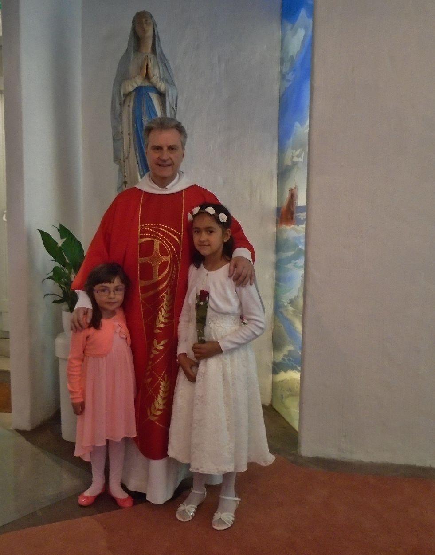 """La plus jeune des communiants, Léa, notre fidèle enfant de choeur et sa petite soeur avec leur ami """"Père Jean-Marc"""""""