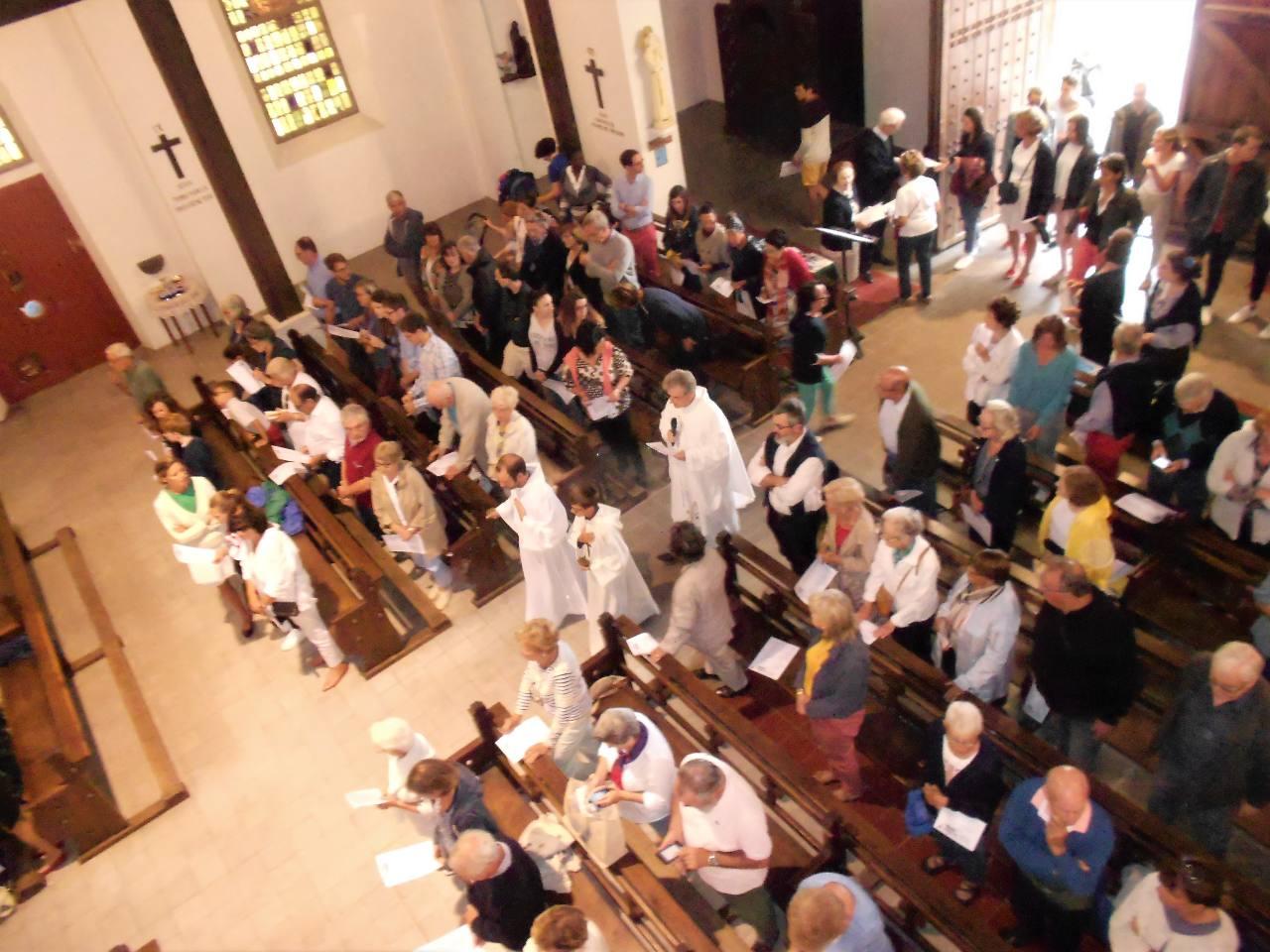 Début de la célébration ; les fidèles continuent à arriver