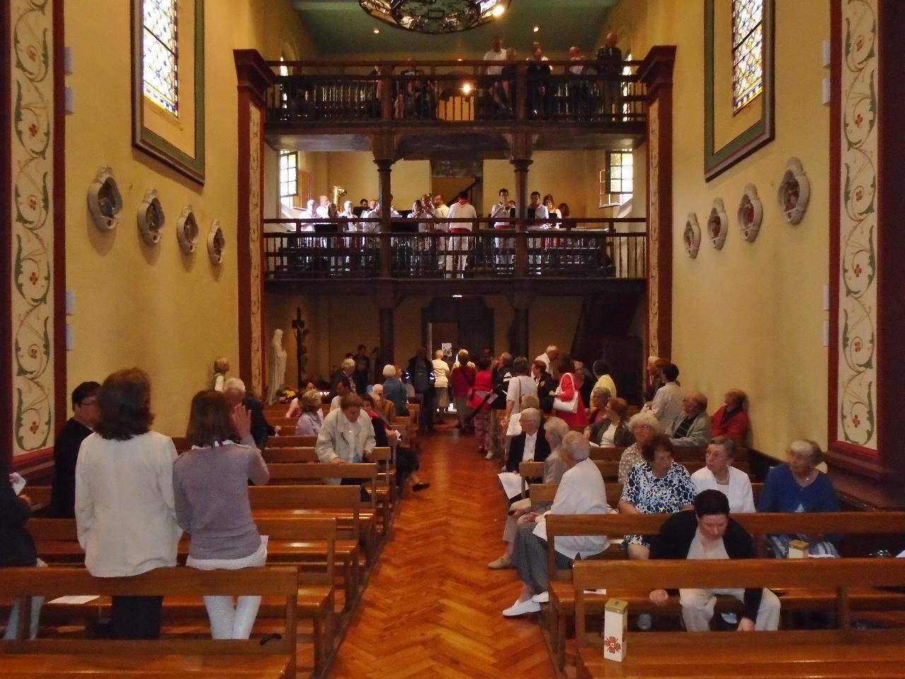 Comme il pleuvait à la fin de la messe, la fanfare a  joué à l'intérieur de l'église quelques thèmes plein de dynamisme ! Merci.