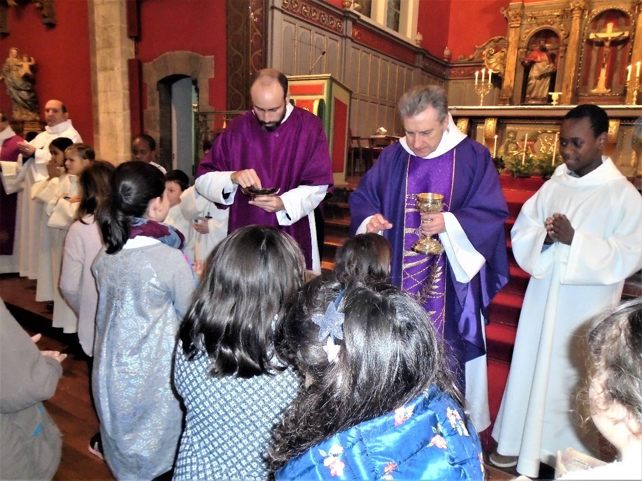 """Ceux qui ne sont pas encore prêts à communier au Corps du Christ reçoivent """"la Croix de Jésus qui t'aime !"""""""