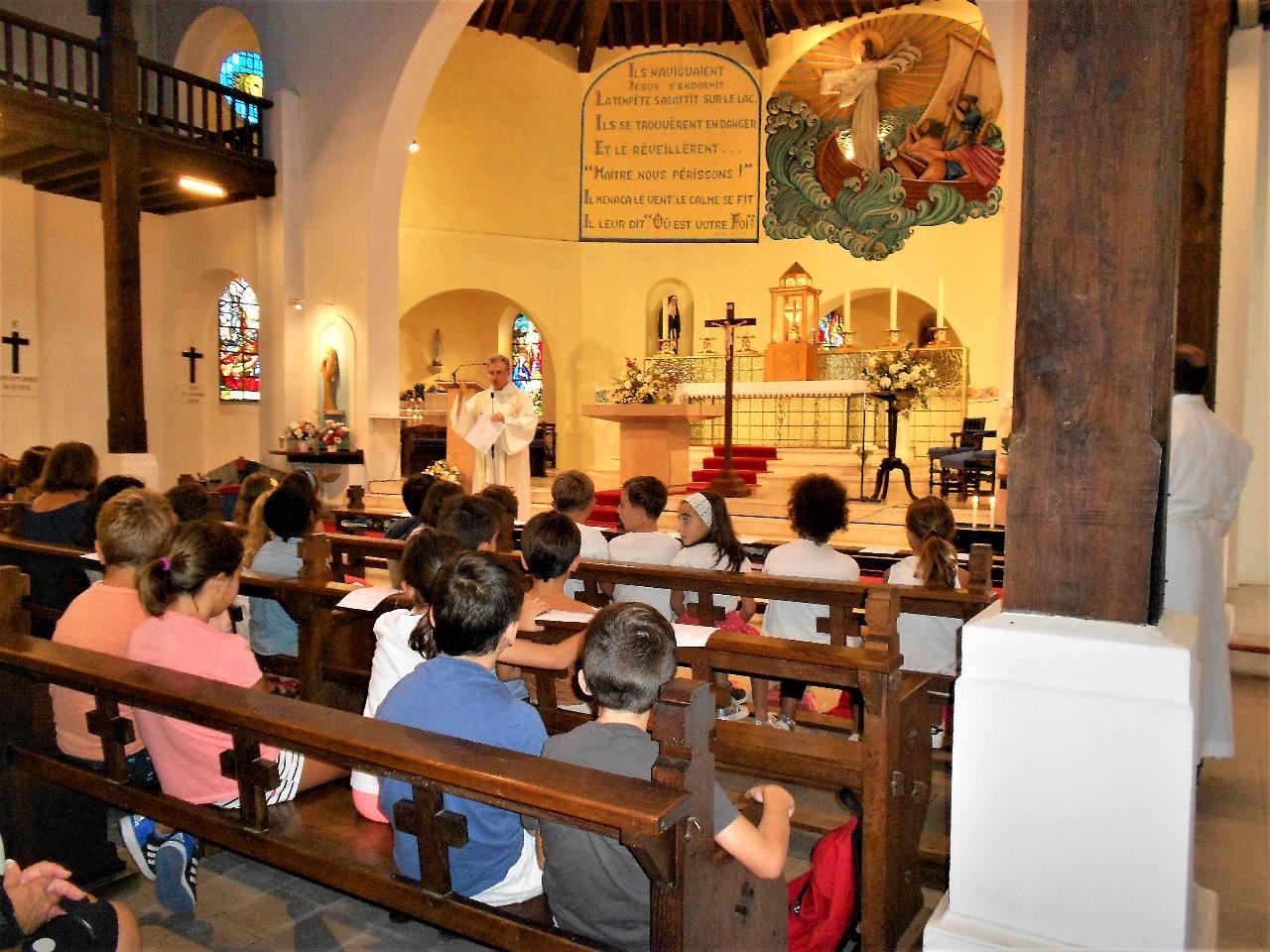 L'abbé Jean-Marc accueille les enfants et leur rappelle le respect  à avoir pour le lieu où nous nous rassemblons et notamment pour le tabernacle où Jésus est réellement présent.