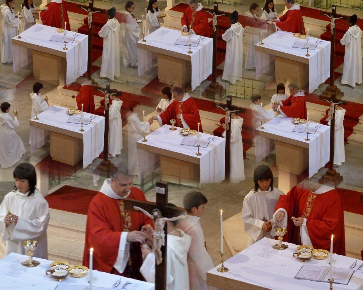 """""""Dieu notre Père, avec le pain et le vin, nous avons déposé ces cierges sur ton autel. Ainsi, c'est toute notre vie que nous te présentons, le travail de tous les hommes et notre désir d'être fidèles à notre foi... """""""