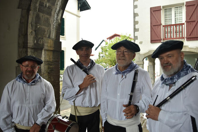 Les musiciens de ttun-ttun et txistu