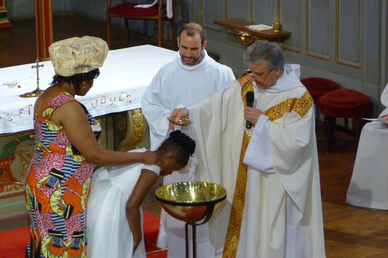 """"""" Adriana, je te baptise au nom du Père, et du Fils, et du Saint Esprit"""""""