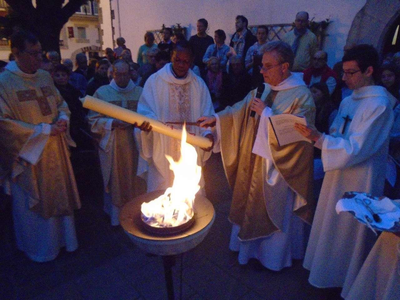"""Le célébrant marque le cierge d'une Croix, verticalement, """"Le Christ hier et aujourd'hui ; horizontalement, """"commencement et fin de toutes choses"""" ; """"Alpha et Oméga"""", haut et bas..."""