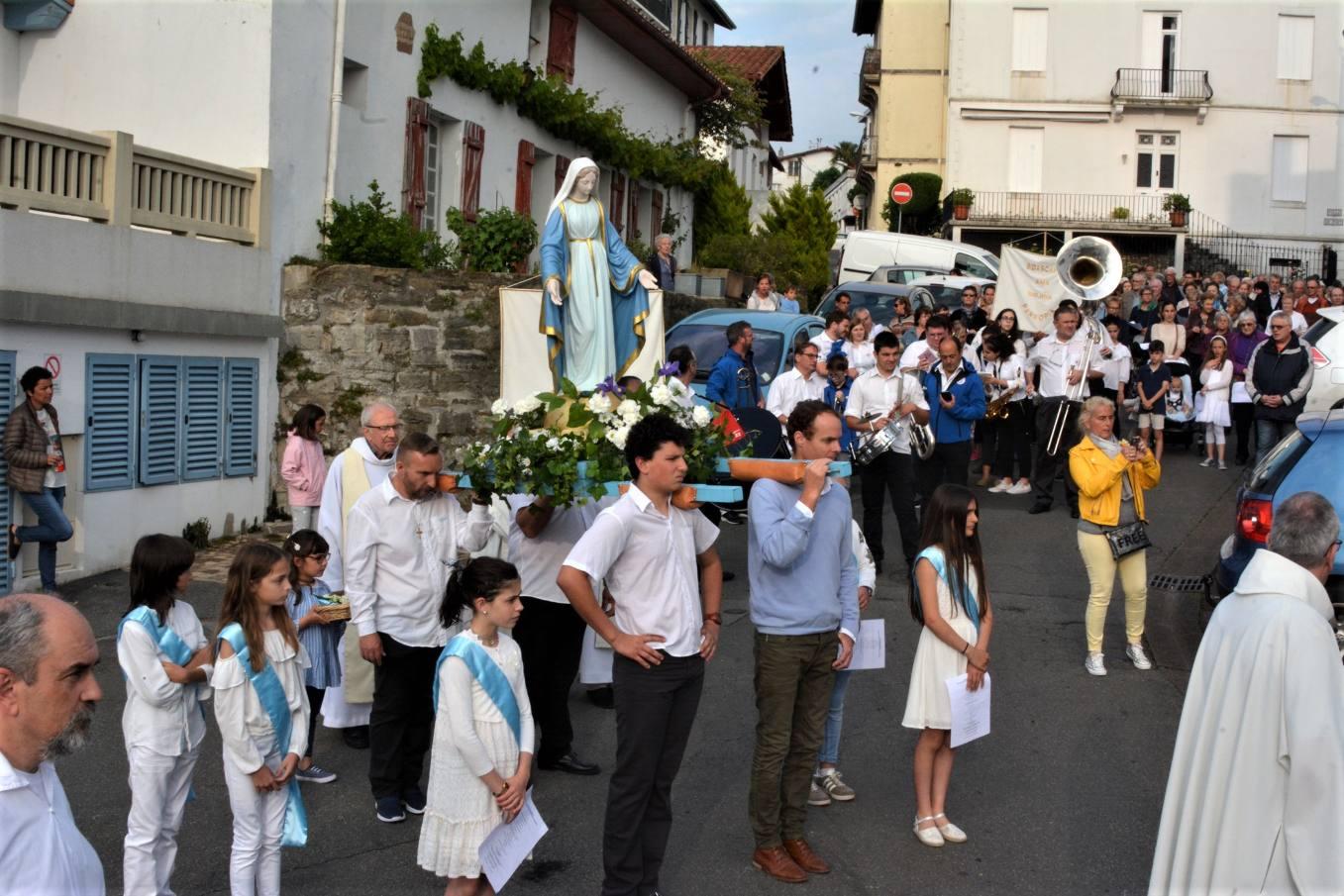 Prière devant Notre Dame du Port