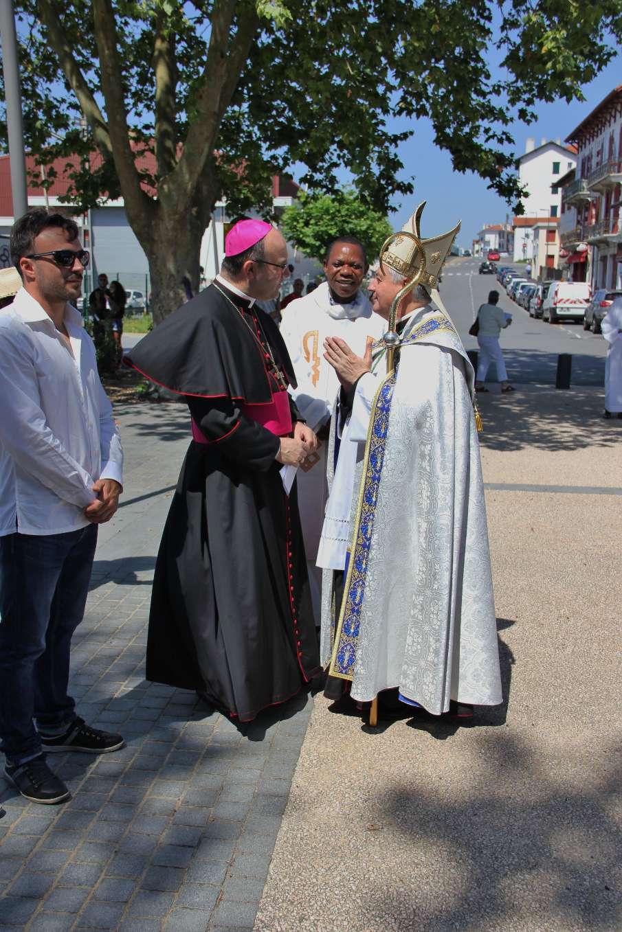 Monseigneur Marc Aillet et Monseigneur José Ignacio Munilla se saluent