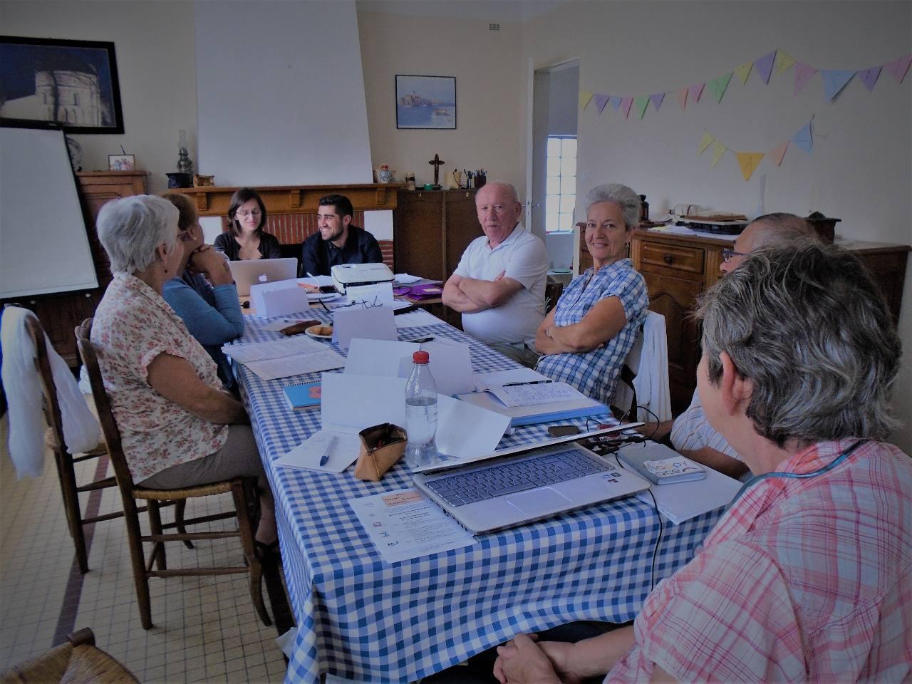 A la gauche de David, l'abbé Jean-Marie (accompagnateur dans les Landes - 5 clubs) qui nous accueille chez lui à Saint Géours de Marennes, puis Marie-Pierre, présidente de l'ACE Pays-Basque-Bayonne