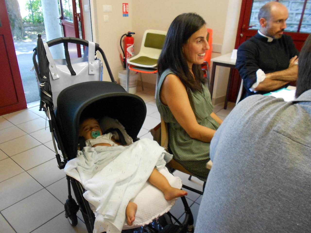 Tandis que Lucas médite !.... à côté de sa maman, Gorreti, catéchiste de la petite enfance ; l'abbé Vincent-Marie