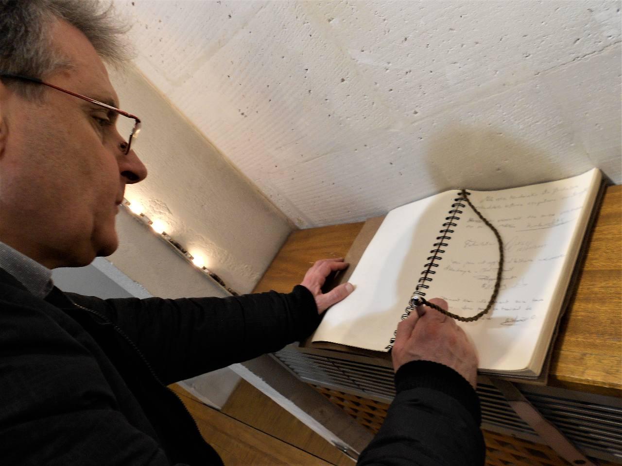 """... plutôt armé d'un stylo pour signer le """"Livre d'Or"""" qui attend les visiteurs !"""