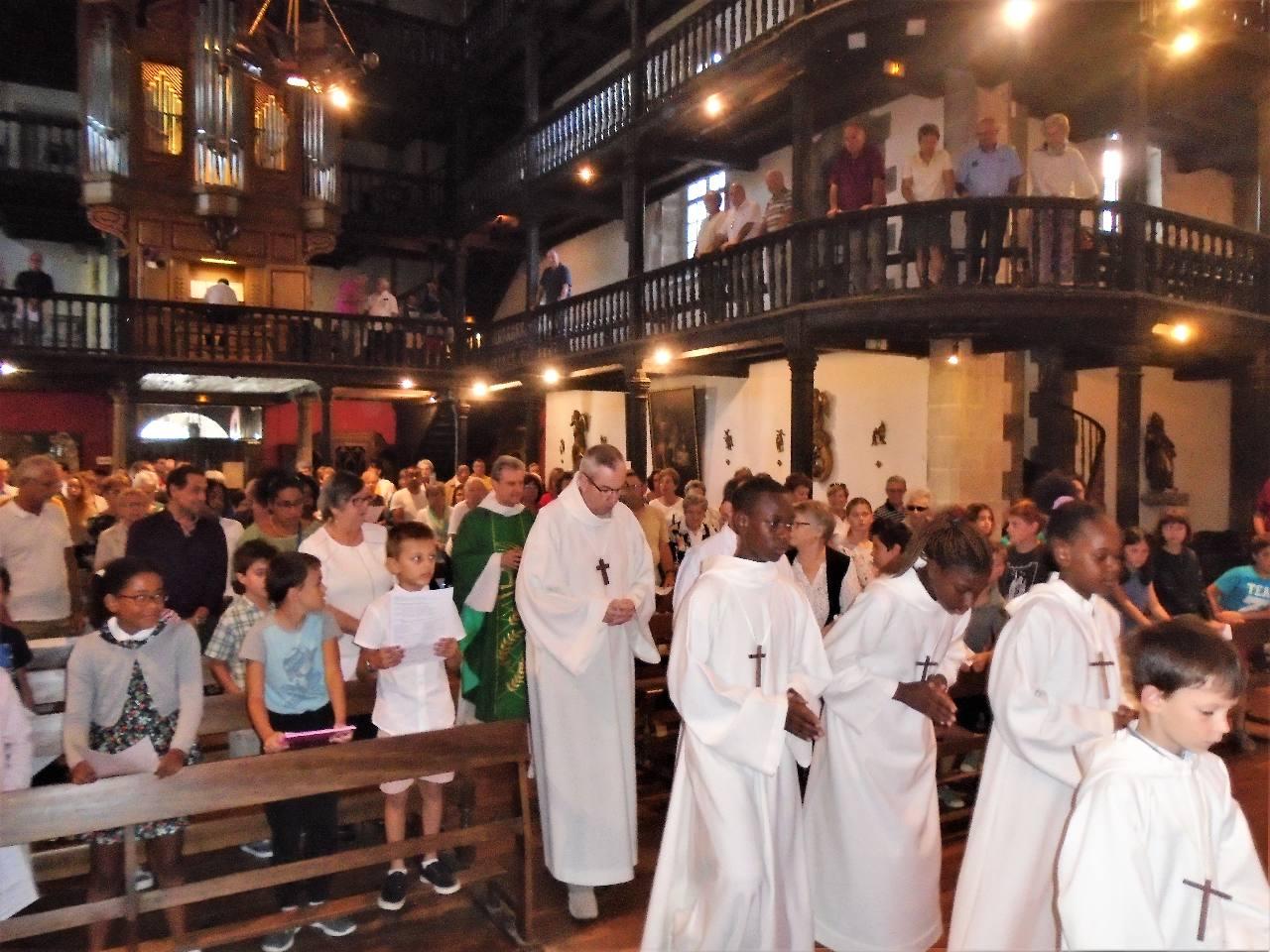 Chacun salue l'autel. Jésus le Christ est à la fois le prêtre, l'autel et la victime