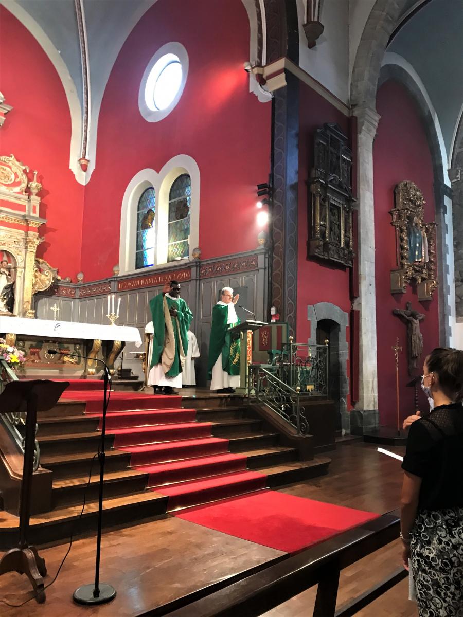 Bénédiction par les deux prêtres