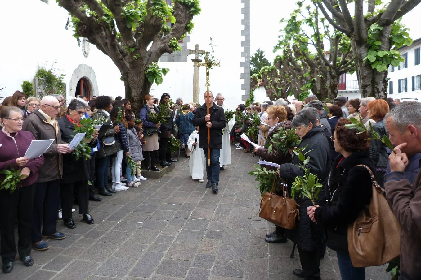 Procession ouverte par la Croix