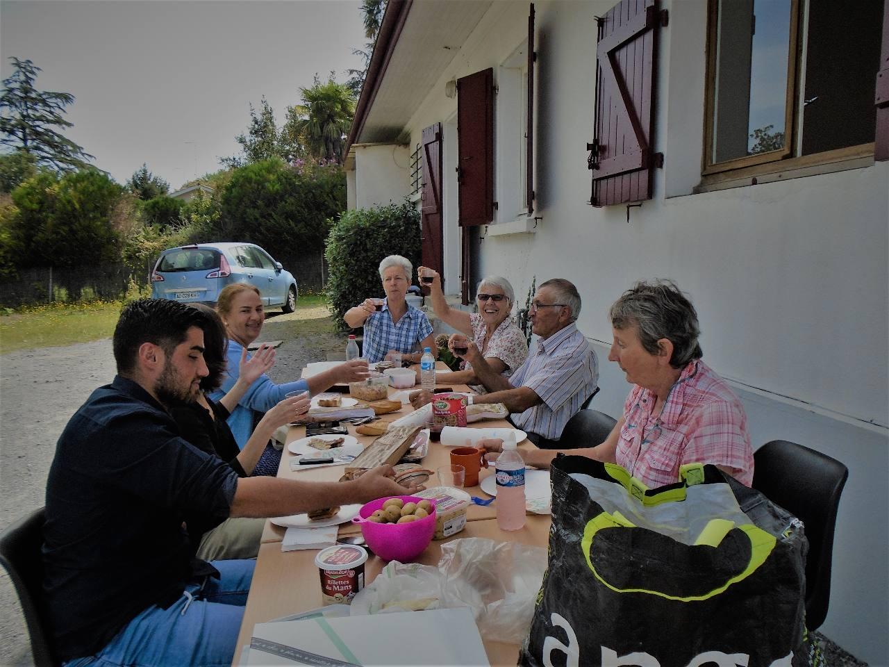 Santé !... A gauche, au fond, Marie-Noëlle de St Pée sur Nivelle, vice-présidente de l'Ace Pays-Basque