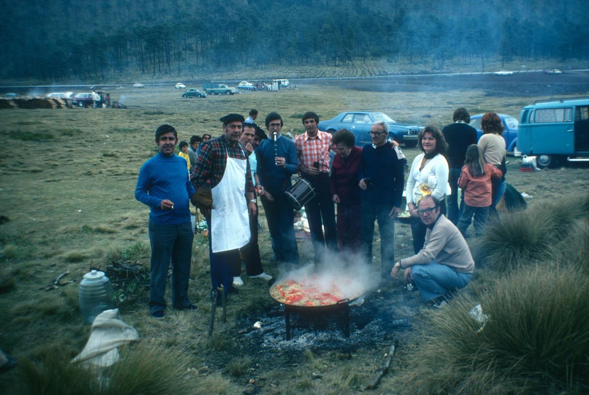 Les habitués du Centre basque de Mexico fêtent à leur manière le décès du dictateur Franco le 20 novembre 1975.jpg