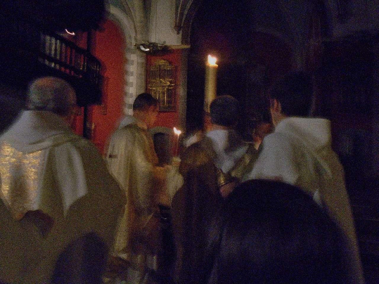 L'Eglise est plongée dans le noir. En effet, la lumière de la résurrection vient faire la lumière dans les parties sombres de notre vie, vient les éclairer et les transfigurer.