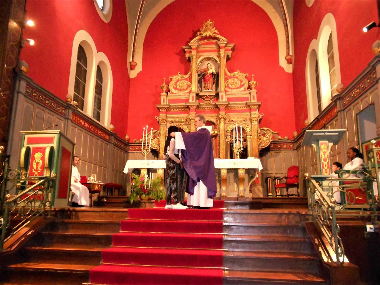 Ryanna reçoit la Croix de Jésus
