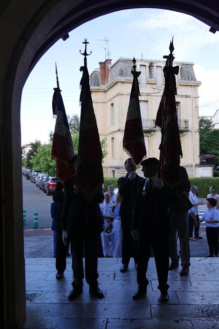 Les drapeaux portés par les anciens combattants