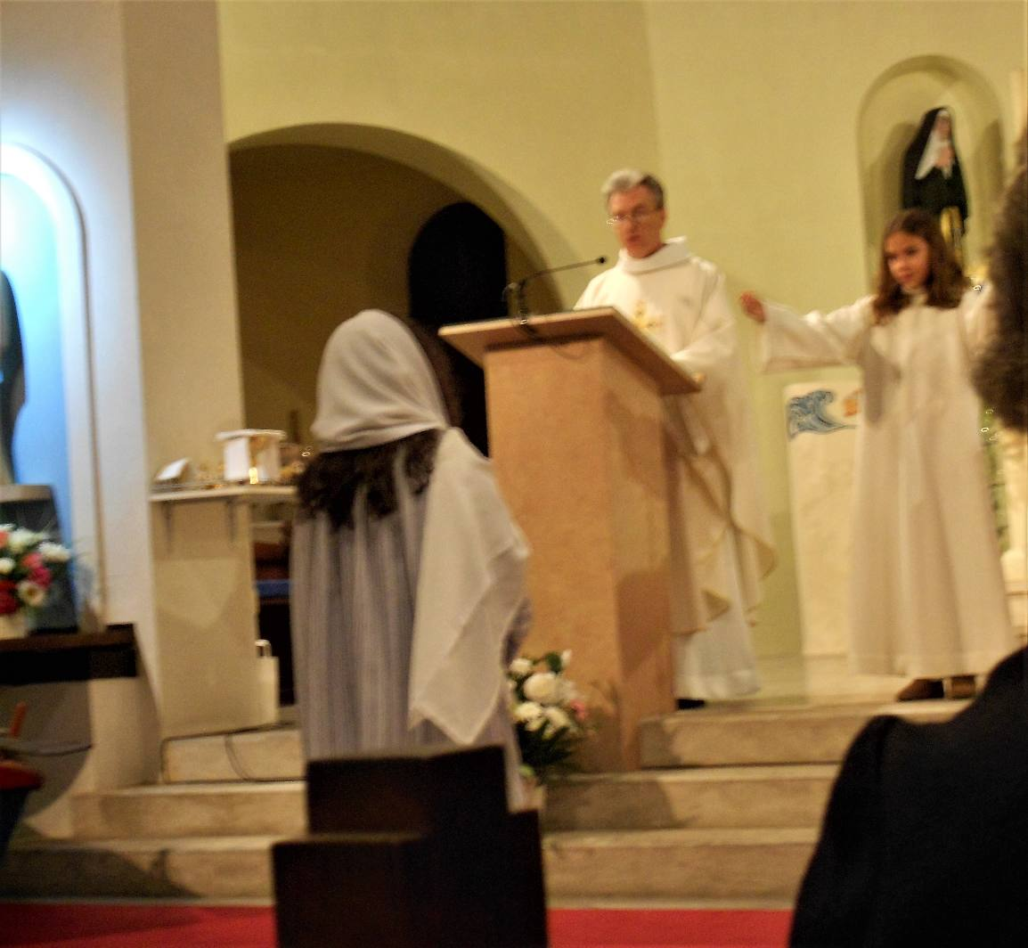 L'ange du Seigneur (Alaine) annonce à Marie (Paloma) le don du Fils de Dieu, Jésus